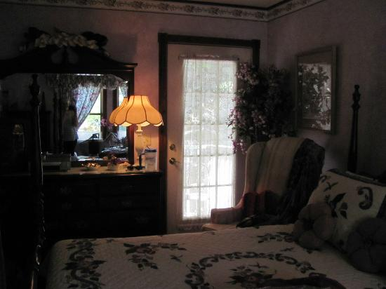 Cliff Cottage Inn - Luxury B&amp;B Suites &amp; Historic Cottages: Doorway to deck, view from couch