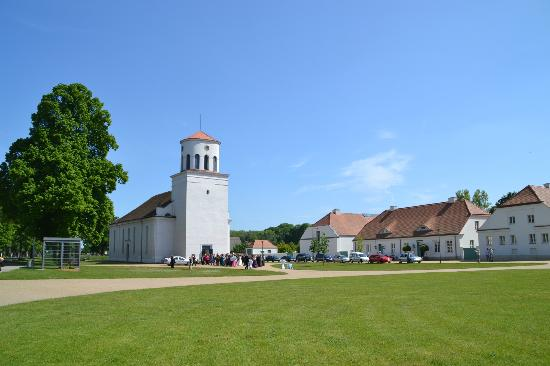 Schinkels Kirche und der weite Platz vor dem Schloss Neuhardenberg