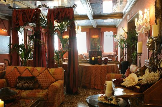 Metropole Hotel: Main lounge