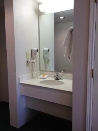 La Quinta Inn & Suites Kingsport TriCities Airport : In-room vanity