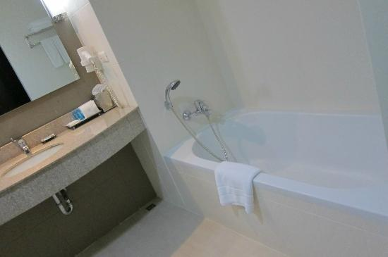 Dynasty Grande Hotel : Bath tub