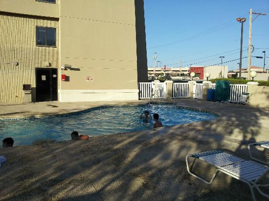 Baymont Inn &amp; Suites Tulsa: Outdoor pool area