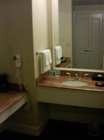 Hampton Inn & Suites Stamford: Nice large vanity area