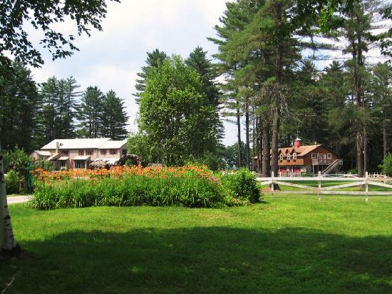The Old Saco Inn: Approaching the Lodge on the left and the Carriage House on the right