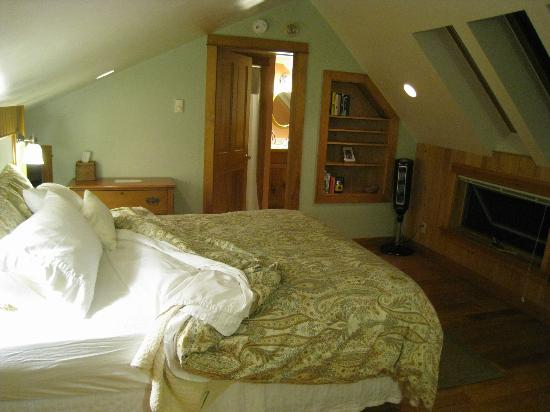 Pilgrim&#39;s Inn &amp; Cottages: Master bedroom in cottage
