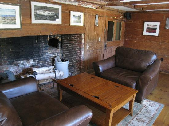 Pilgrim's Inn & Cottages: Sitting/dining area near bar