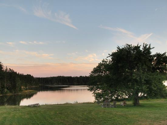 Pilgrim's Inn & Cottages: Lake view at dusk