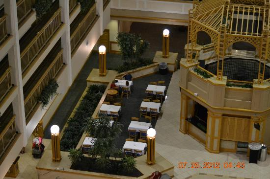 Embassy Suites Hotel Columbus Dublin: Side dining area