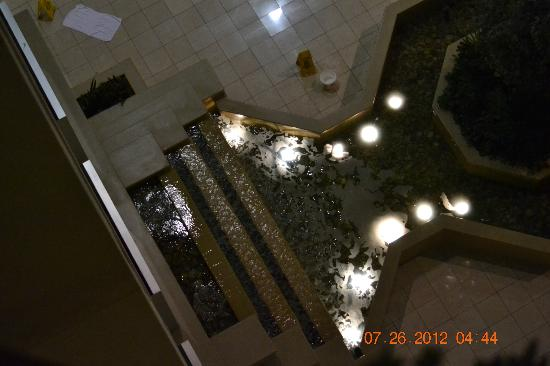 Embassy Suites Hotel Columbus Dublin: Fountain in the atrium