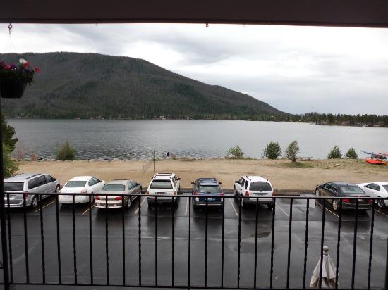 Western Riviera Lakeside Lodging & Events: Great view from the room even in the rain.