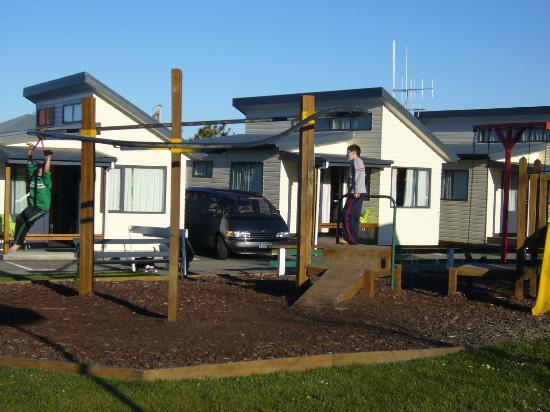 Timaru TOP 10 Holiday Park: Play ground and Ensuite units