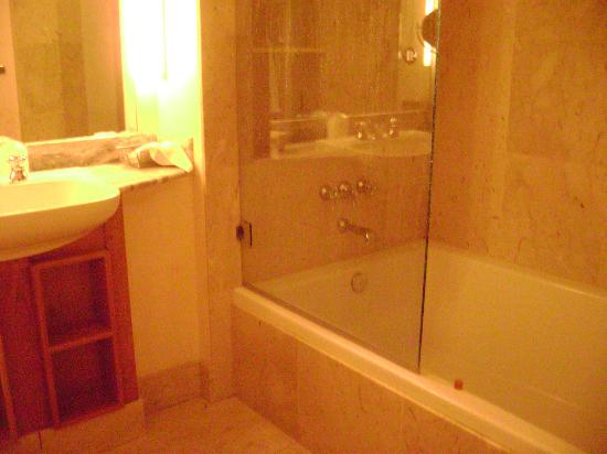 Camel's Garden Hotel & Condominiums: great soaking tub and shower