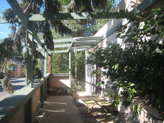 Cliff House Lodge and Hot Tub Cottages: Dino Den Courtyard