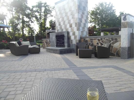 Hotel Indigo East End: Outdoor seating areas and fireplace