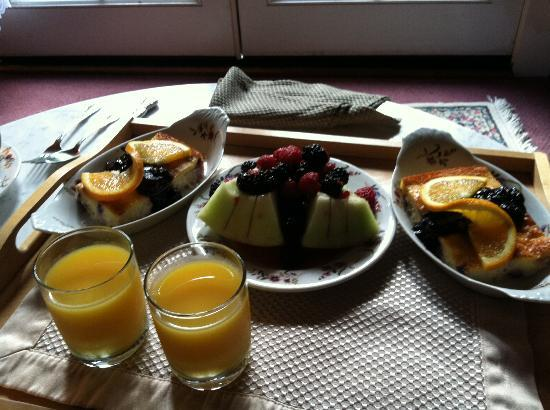 Dennen's Victorian Farmhouse: Just one of the wonderful breakfasts brought to our room.