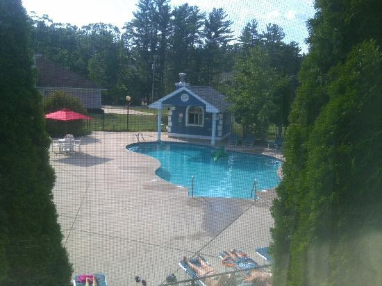 New Concord Inn: Looking out of room 208 to the oudoor larger pool