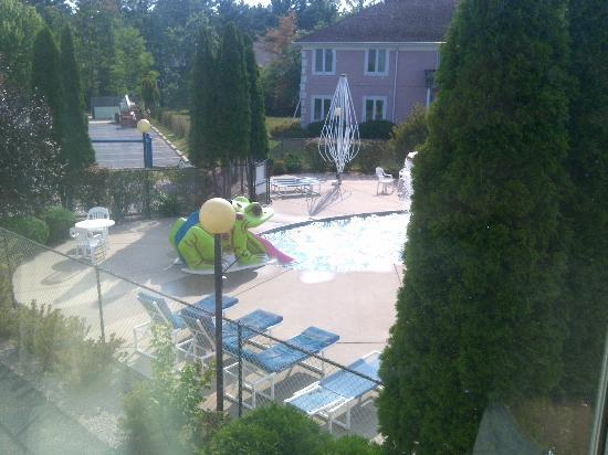 New Concord Inn: Looking out of room 208 to the outdoor kiddie pool