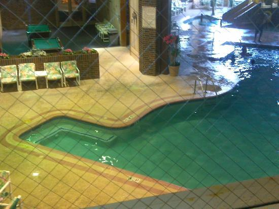 New Concord Inn: Looking at the pool from outside of Room 208