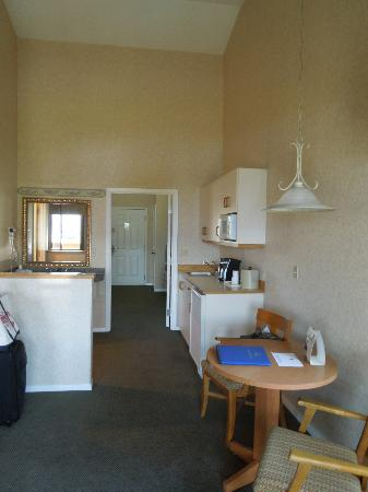 Lakeside Lodge and Suites: Kitchenette & Bathroom area