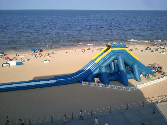 Days Inn Virginia Beach Oceanfront : Large inflatable water slide