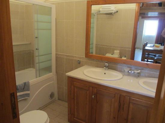 Anemomilos Suites: Bathroom