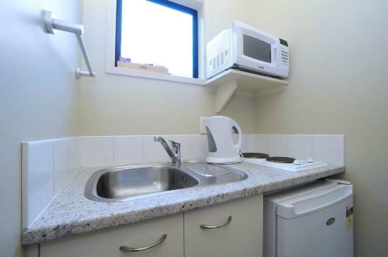 Tudor Court Motor Lodge: Kitchenette