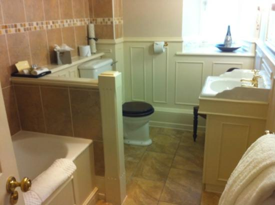 Lords of the Manor Hotel: bathroom