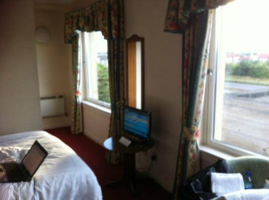 Cairn Hotel: the bedroom standing at the entrance door