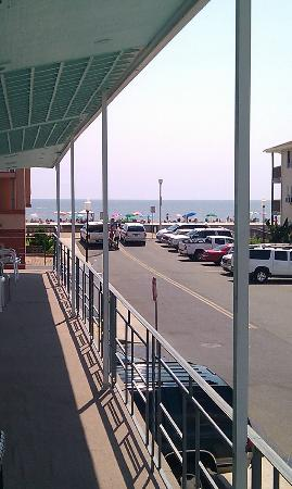 Eden Roc Motel: Boadwalk / Beach from the end of the balcony.
