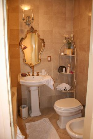Glamour Apartments: Fiorichiari bathroom (one of them)