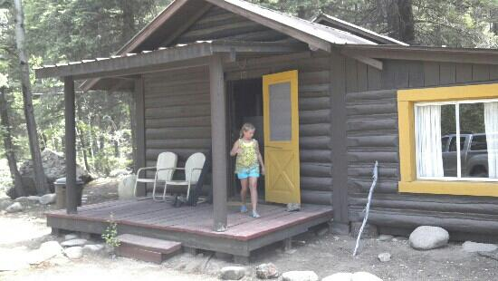 Almont, Колорадо: Kharsten checking out our cabin #15. Only issue no screens so couldn't open windows. 3bdrms 1bt
