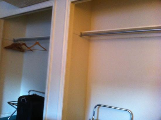 Executive Inn & Suites: Closets without any doors.