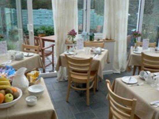 Lower Meadows: Light and airy dining conservatory