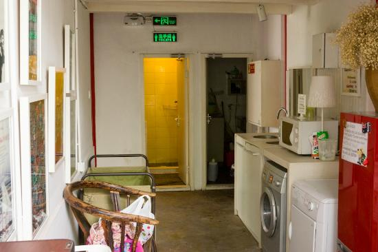 Peking Yard Hostel: Shared Bathroom and Laundry area