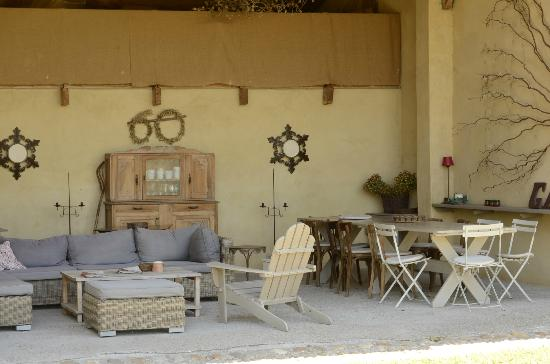 La Garance en Provence: The breakfast area, open to fresh air and sunshine