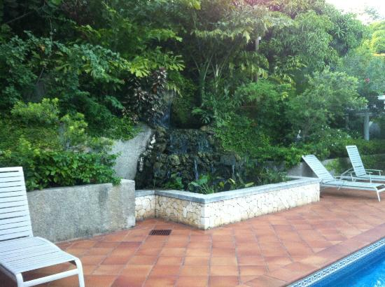 Polkerris : The waterfall/pond next to the pool.