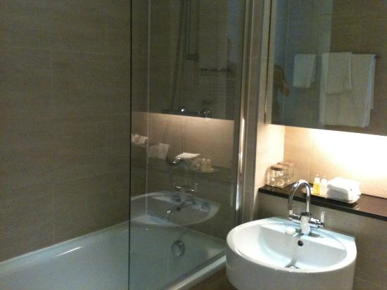 Apex European Hotel: Bathroom
