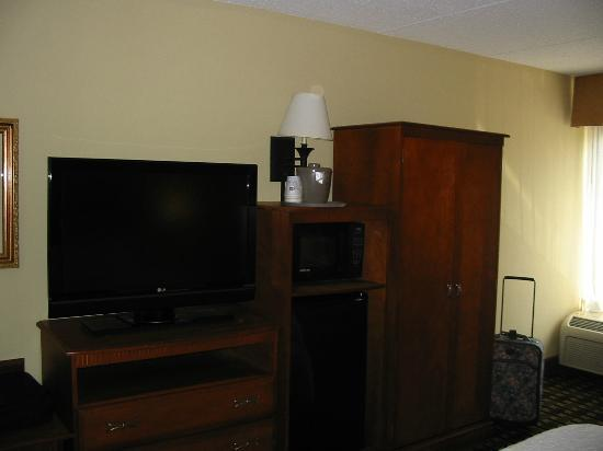 Hampton Inn Atlanta - Northlake: TV Micro &amp; Fridge