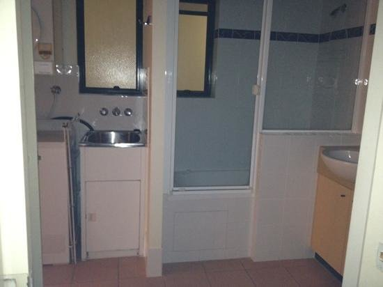 Ocean Boulevard Hotel: bathroom and laundry facilities.