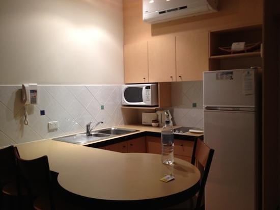 Ocean Boulevard Hotel: Clean kitchen, with well stocked cupboards, toaster, kettle, frypans etc,