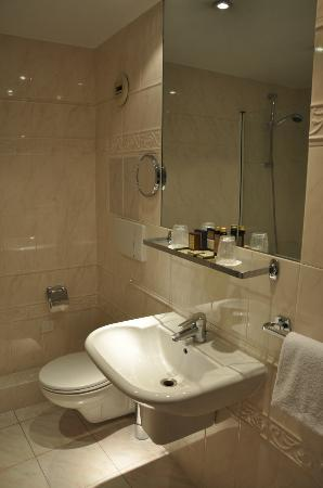 Hotel La Villa des Ternes: huge bathroom