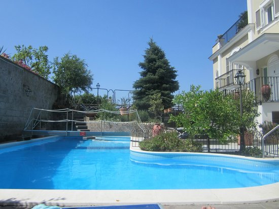 Villa Adriana Guesthouse Sorrento : beautiful deep pool 