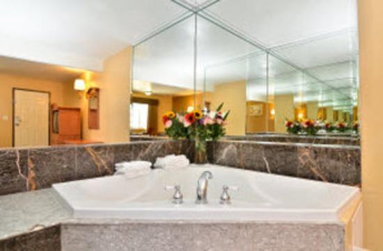 Americas Best Value Inn: Guest Room jacuzzi