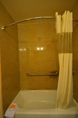 La Quinta Inn & Suites JFK Airport: Shower
