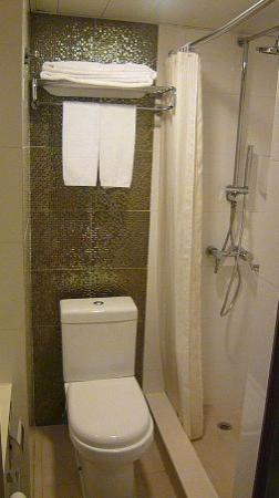 bathroom with double shower cubicle picture of silka seaview hotel hong kong tripadvisor. Black Bedroom Furniture Sets. Home Design Ideas