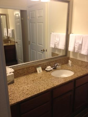 Residence Inn Milpitas Silicon Valley: Bathroom counter