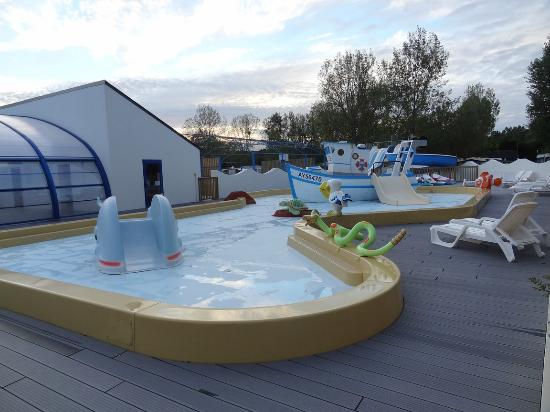 Chambre 2 2 lits simples picture of camping plijadur for Piscine 02 peronne
