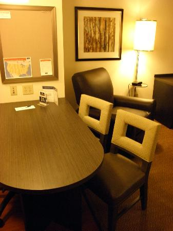 Candlewood Suites Boston Burlington : Dining Table