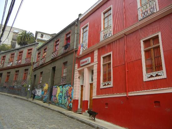 Hotel Da Vinci Valparaiso: front of the hotel- on a very steep street far from the attractions
