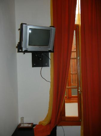 Hotel Da Vinci Valparaiso: the tv and window onto the public corridore